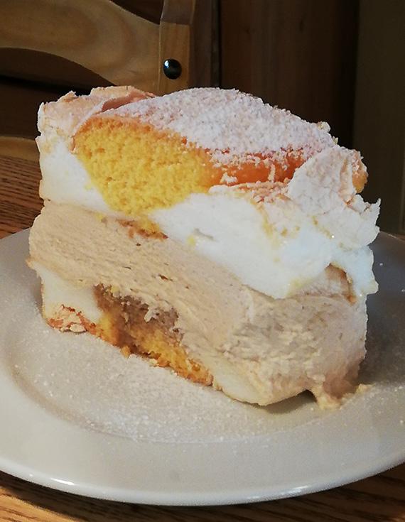 Gasthaus-Salletmeier-im-Vogelparadies-Menue-Suesse-Koestlichkeiten-Dessert-Kardinalschnitte